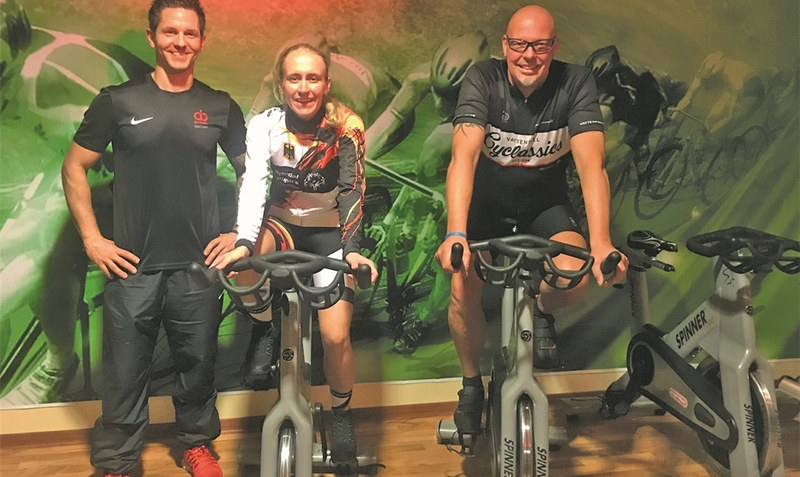 "Personal-Trainer Daniel Becker (l.) und Indoor-Cycling-Trainer Thomas Mayer (r.) sorgten in einem Schwarmstedter Fitnessstudio für die richtige Form von Philippa ""Pippa"" Bartels. red"