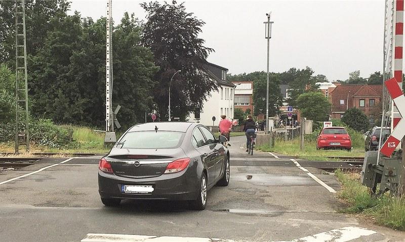 Gefährlich für Schulkinder? Der Bahnübergang in der Vorbrück ist stark frequentiert, was durchaus zu brenzligen Situationen führen kann.rh (2)